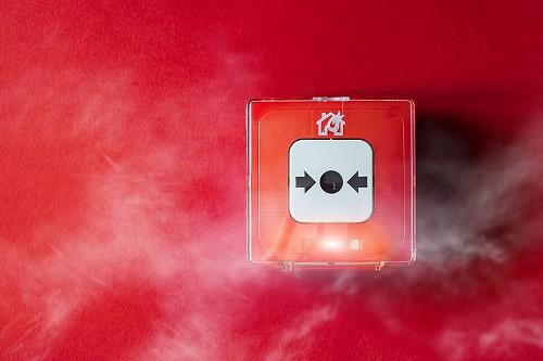 Piros falon, füsttel körülvett tűzjelző.